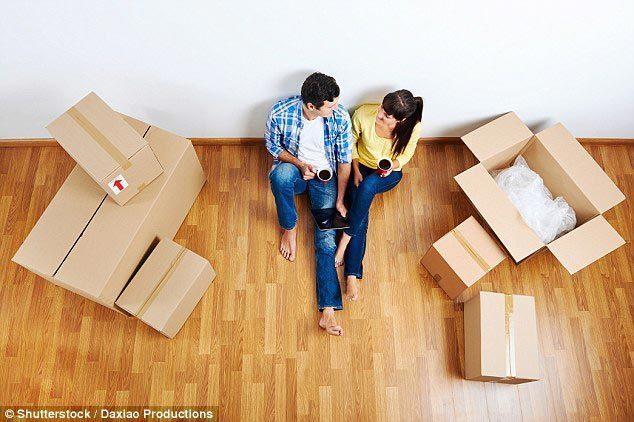 一对夫妇在搬家过程中喝可乐