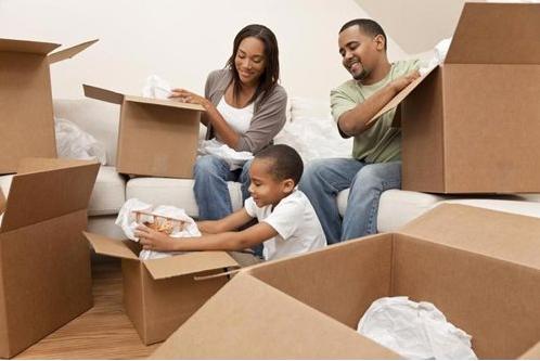 一个家庭包装搬家箱子。包装是短期通知的绝对必要条件之一