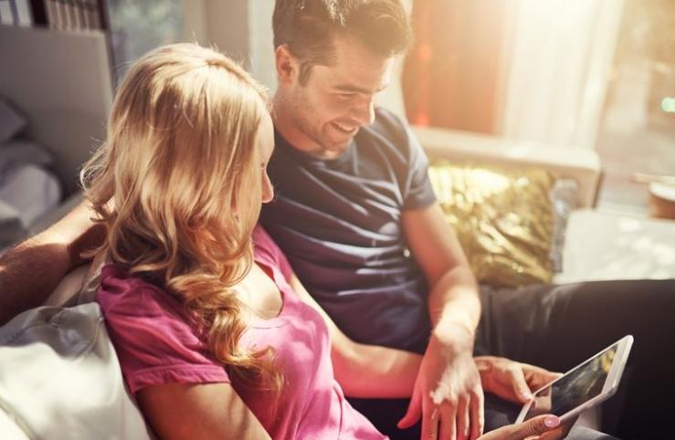 到20岁,大约有四分之一的女性与男性同住